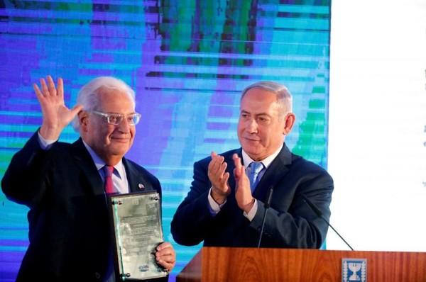 Thủ tướng Israel Benjamin Netanyahu (phải) và Đại sứ Mỹ tại Israel David Friedman trong buổi lễ xác nhận di dời đại sứ quán Mỹ từ Tel Aviv về Jerusalem, tại Bộ Ngoại giao Israel ngày 13-5. Ảnh: REUTERS