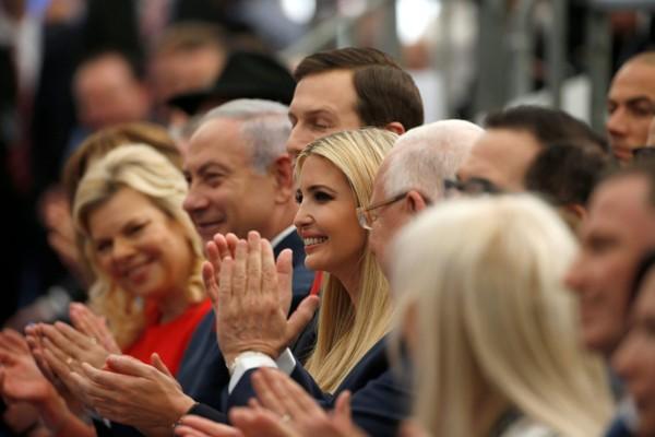 (Từ trái sang): Vợ chồng Thủ tướng Israel BenjaminNetanyahu và vợ chồng con gái Tổng thống Mỹ Donald Trump – con gái Ivanka Trump và con rể Jared Kushner tại buổi lễ khánh thành đại sứ quán Mỹ ở Jerusalem chiều 14-5. Ảnh: REUTERS