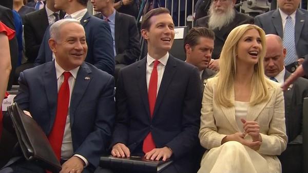 Vợ chồng Jared Kushner, Ivanka Trump cùng Thủ tướng Israel Benjamin Netanyahu tại buổi lễ khánh thành đại sứ quán Mỹ ở Jerusalem chiều 14-5. Ảnh: SKY NEWS