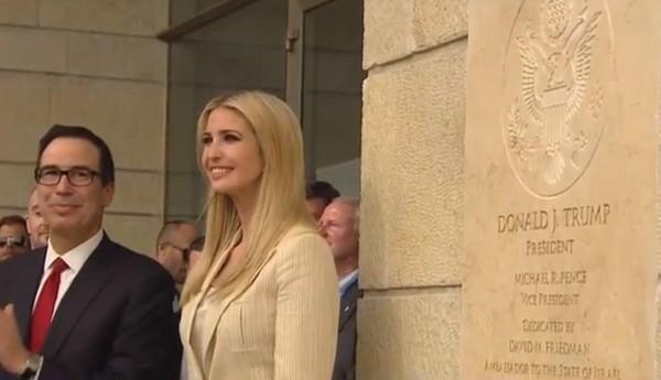 Cô Ivanka Trump được chọn mở tấm biển trước trụ sở đại sứ quán Mỹ ở Jerusalem. Ảnh: SKY NEWS