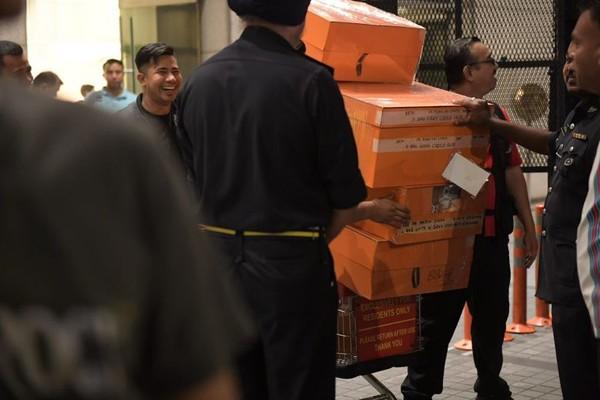 Hàng tịch thu từ nhà cựu Thủ tướng Malaysia Najib Razak sáng sớm 18-5. Ảnh: NEW STRAIT TIMES