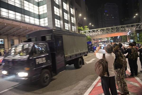 Xe tải chở hàng tịch thu rời nhà cựu Thủ tướng Malaysia Najib Razak sáng sớm 18-5. Ảnh: NEW STRAIT TIMES