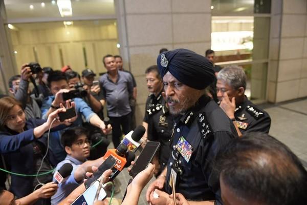 Giám đốc Cơ quan cảnh sát điều tra tội phạm thương mại Amar Singh phát biểu với báo giới trước khu chung cư cao cấp của gia đình cựu Thủ tướng Malaysia Najib Razak sáng 18-5. Ảnh: NEW STRAIT TIMES
