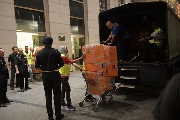 Hàng tịch thu từ nhà cựu Thủ tướng Malaysia Najib Razak được chất lên xe tải cảnh sát, sáng sớm 18-5. Ảnh: NEW STRAIT TIMES