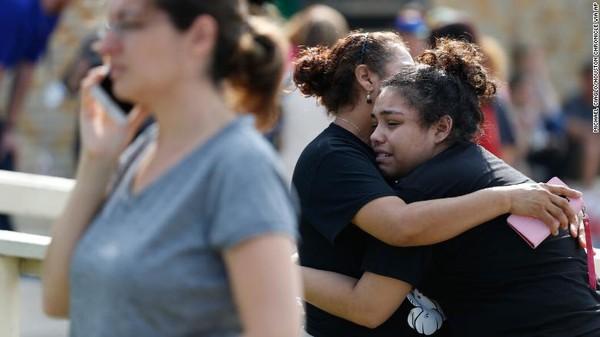 Cha mẹ đến trường gặp con sau vụ xả súng. Ảnh: CNN