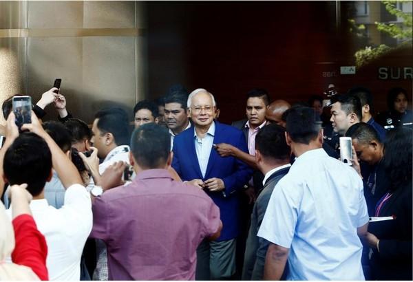 Cựu Thủ tướng Malaysia Najib Razak được hộ tống đến trình diện và chịu thẩm vấn tại Ủy ban Chống tham nhũng ở Putrajaya (Malaysia) sáng 22-5. Ảnh: REUTERS