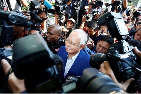 Cựu Thủ tướng Malaysia Najib Razak bị cấm rời khỏi đất nước ngay sau khi mất chức thủ tướng, đến trình diện và chịu thẩm vấn tại Ủy ban Chống tham nhũng ở Putrajaya (Malaysia) sáng 22-5. Ảnh: REUTERS