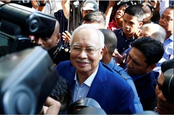 Cựu Thủ tướng Malaysia Najib Razak đến trình diện và chịu thẩm vấn tại Ủy ban Chống tham nhũng ở Putrajaya (Malaysia) sáng 22-5. Ảnh: REUTERS
