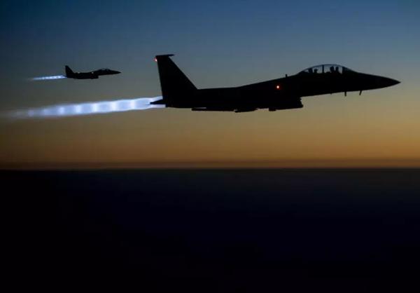 Hai máy bay tấn công F15E Strike Eagles của không quân Mỹ bay trên vùng trời bắc Iraq, sau khi thực hiện không kích ở Syria ngày 23-9-2014. Ảnh: US AIR FORCE cung cấp REUTERS