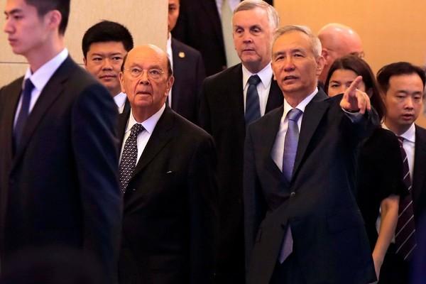 Bộ trưởng Thương mại Mỹ Wilbur Ross (thứ ba từ trái sang) và Phó Thủ tướng Trung Quốc Lưu Hạc (giơ tay) tại Bắc Kinh ngày 3-6. Ảnh: AFP