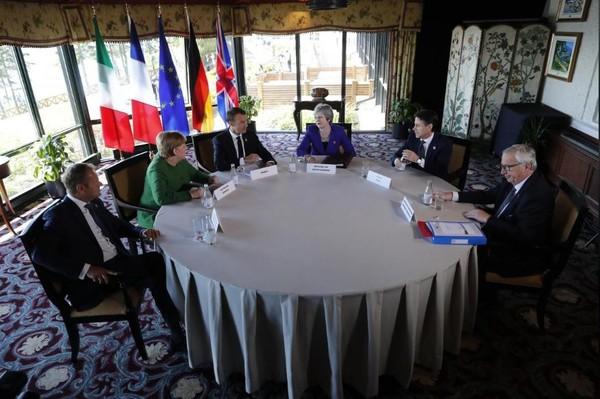 Thủ tướng Anh Theresa May (giữa) trong cuộc gặp với các lãnh đạo châu Âu tại hội nghị G7 ở TP La Malbaie, Quebec (Canada) ngày 8-6. Ảnh: REUTERS