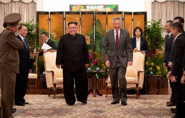 Cuộc gặp giữa Thủ tướng Singapore Lý Hiển Long (phải) và lãnh đạo Triều Tiên Kim Jong-un tại dinh thủ tướng Istana tối 10-6. Ảnh do Thủ tướng Lý đưa lên trang FACEBOOK của mình.