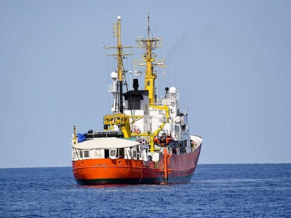 Tàu Aquarius trên biển Địa Trung Hải ngày 12-6. Ảnh: AP
