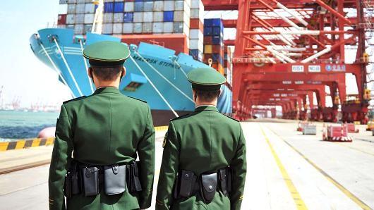 Tàu chở hàng tại cảng Thanh Đảo, tỉnh Sơn Đông (Trung Quốc). Ảnh: REUTERS
