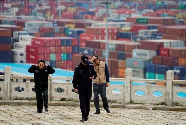 Cảng nước sâu Yangshan ở Thượng Hải (Trung Quốc), ngày 24-4. Ảnh: REUTERS