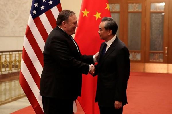 Bộ trưởng Ngoại giao Trung Quốc Vương Nghị (phải) tiếp Ngoại trưởng Mỹ Mike Pompeo tại Bắc Kinh ngày 15-6. Ảnh: REUTERS