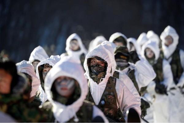 Lính thủy quân lục chiến Hàn Quốc và Mỹ trong một cuộc tập trận mùa đông ở TP Pyeongchang, tỉnh Gangwon (Hàn Quốc) ngày 19-12-2017. Ảnh: REUTERS