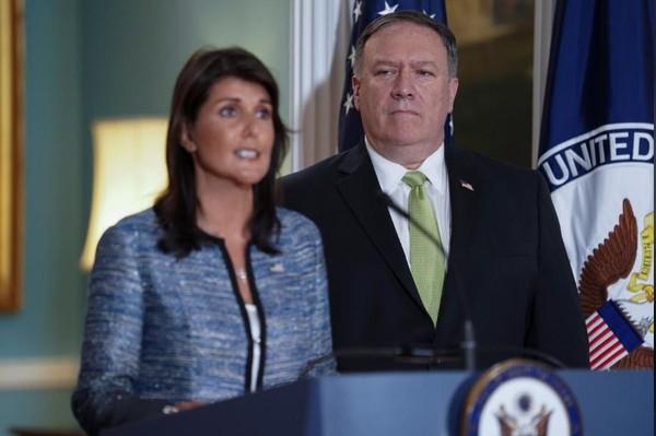 Đại sứ Mỹ Nikki Haley (trái) và Ngoại trưởng Mỹ Mike Pompeo tại cuộc họp báo tại trụ sở Bộ Ngoại giao Mỹ ngày 19-6, thông báo quyết định rút khỏi Hội đồng Nhân quyền LHQ. Ảnh: REUTERS