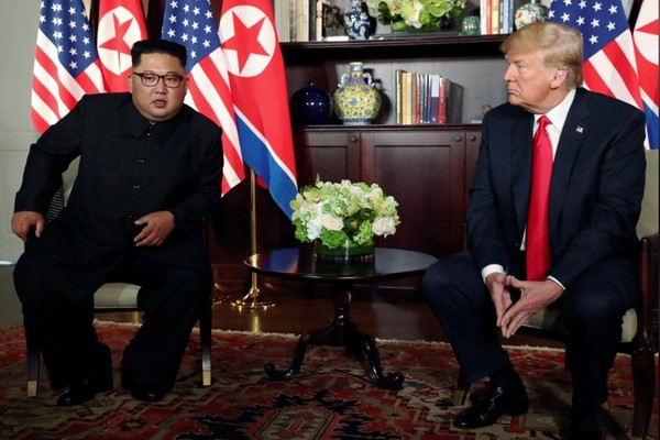 Tổng thống Mỹ Donald Trump (phải) và lãnh đạo Triều Tiên Kim Jong-un gặp song phương trong khuôn khổ thượng đỉnh lịch sử sáng 12-6 tại Singapore. Ảnh: REUTERS