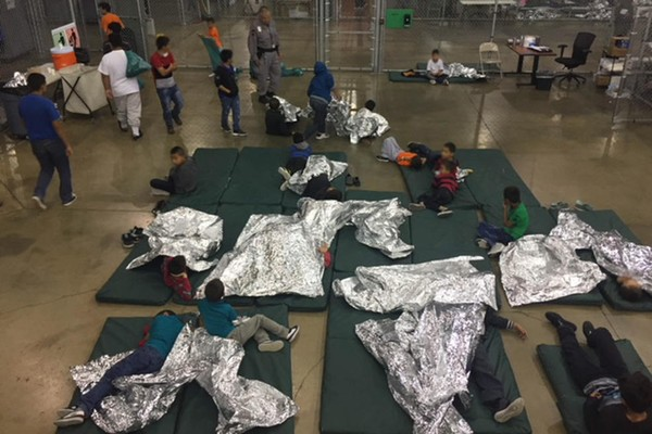 Trẻ em trong lồng sắt tại một đồn biên phòng ở McAllen, bang Texas (Mỹ) dùng những tấm lá kim loại làm chăn. Ảnh: CỤC HẢI QUAN VÀ BIÊN PHÒNG MỸ