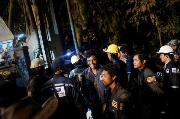Nụ cười đã nở trên khuôn mặt các nhân viên cứu hộ sau khi tìm thấy 13 thành viên đội bóng nhí còn sống sót nguyên vẹn sau 9 ngày mắc kẹt trong hang động ngập nước. Ảnh: GETTY IMAGES