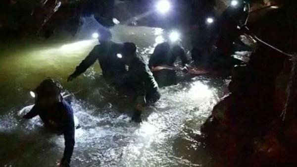 Các thợ lặn đang chuẩn bị dạy các thành viên đội bóng cách lặn để ra ngoài. Ảnh: SKY NEWS