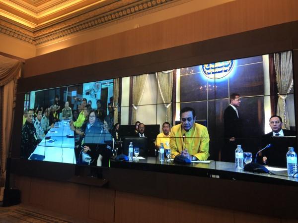 Thủ tướng Thái Lan  Prayuth Chan-ocha điện thoại qua video với lực lượng cứu hộ ở hang động Tham Luang. Ảnh: TWITTER
