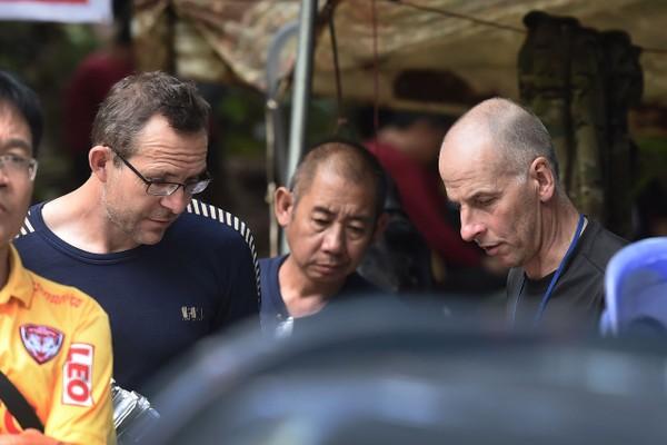Hai thợ lặn người Anh John Volanthen (trái) and Richard William Stanton (phải) bàn bạc phương án cứu hộ với nhân viên người Thái trước cửa hang động Tham Luang, ngày 3-7. Ảnh: AFP