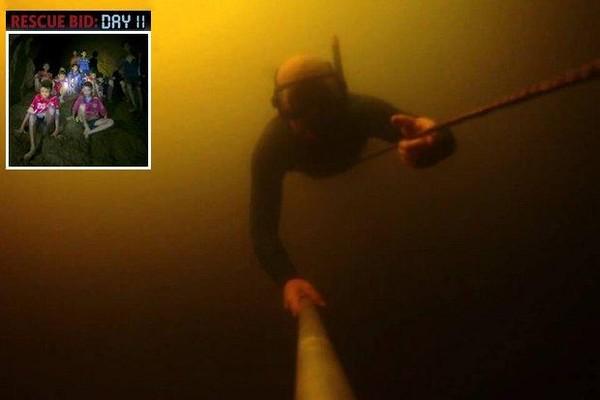 Thợ lặn Anh trong một đợt lặn tìm kiếm đội bóng nhí Thái Lan trong hang động Tham Luang. Ảnh: BANGKOK POST