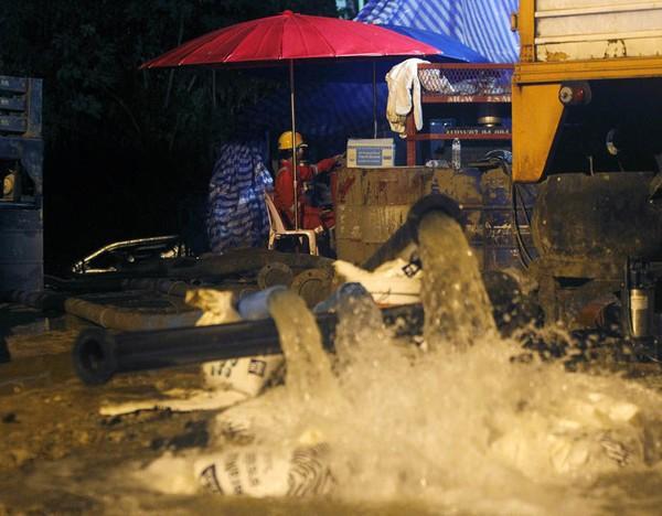 Bơm nước ra khỏi hang động vẫn đang là công việc chính của lực lượng cứu hộ. Ảnh: BANGKOK POST