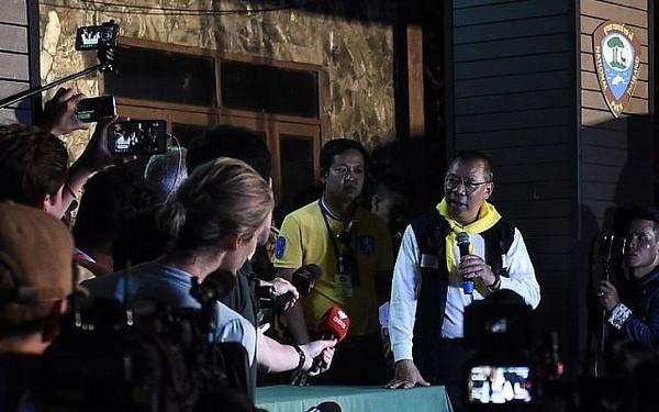 Tỉnh trưởng tỉnh Chiang Rai, chỉ huy chiến dịch cứu hộ Narongsak Osottanakorn họp báo khuya 6-7, thông báo phải hoãn việc cho đội bóng lặn ra ngoài vì các cậu bé chưa đủ khỏe. Ảnh: AFP