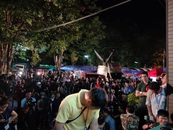 Các nhà báo tập trung đưa tin bên ngoài hang động Tham Luang. Ảnh: TWITTER