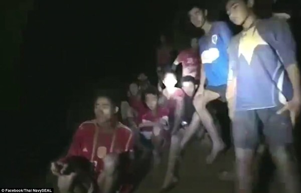 Đội bóng nhí mắc kẹt trong hang động ngập nước từ trưa 23-6 và được tìm thấy còn sống khuya 2-7. Ảnh: ROYAL THAI NAVY