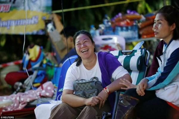 Nụ cười đã trở lại trên gương mặt bố mẹ các cậu bé khi hay con mình còn sống. Ảnh: REUTERS