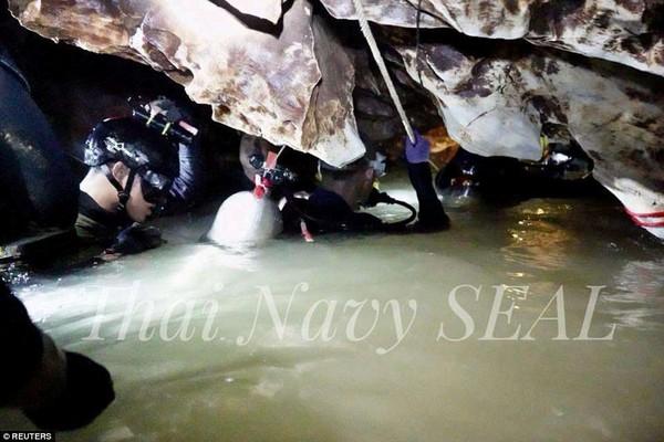Công việc lặn trong hang động ngập nước cực kỳ gian khổ và nguy hiểm. Ảnh: ROYAL THAI NAVY