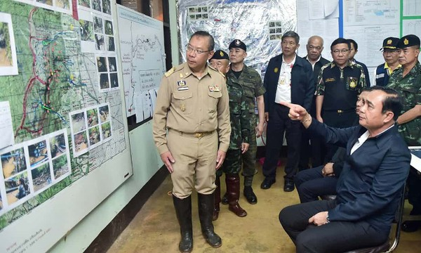 Thủ tướng Thái Lan Prayut Chan-o-cha nghe giải thích về hang động Tham Luang và công tác cứu hộ, tại hiện trường ngày 10-7. Ảnh: EPA