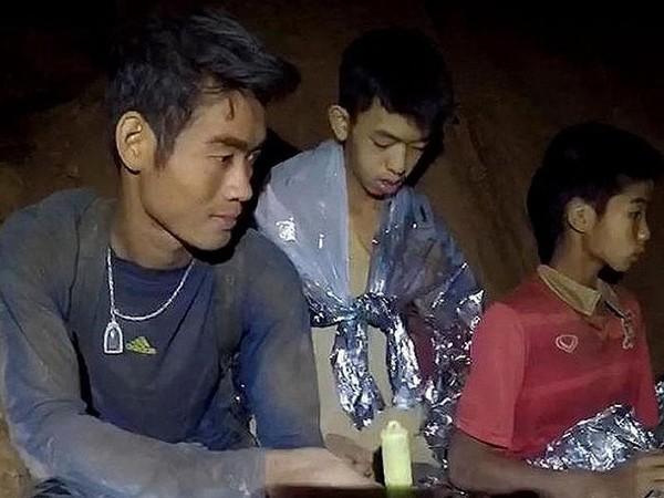 Huấn luyện viên Ekaphol Chantawong (trái) và các cầu thủ nhí trong hang động, là 1 trong 5 thành viên cuối cùng được cứu ra ngoài hang động ngày giải cứu cuối cùng 10-7. Ảnh: ST