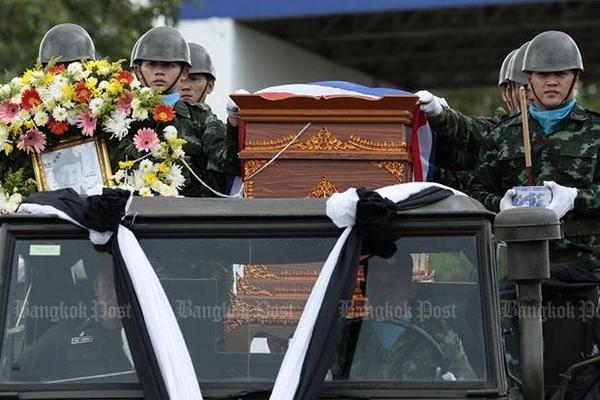 Thi hài cựu binh Thai Navy Seals Samarn Poonan được đưa về quê an táng sau khi thiệt mạng vì thiếu ô xy khi đang lặn trong hang động chuẩn bị công tác giải cứu đội bóng nhí. Ảnh: BANGKOK POST