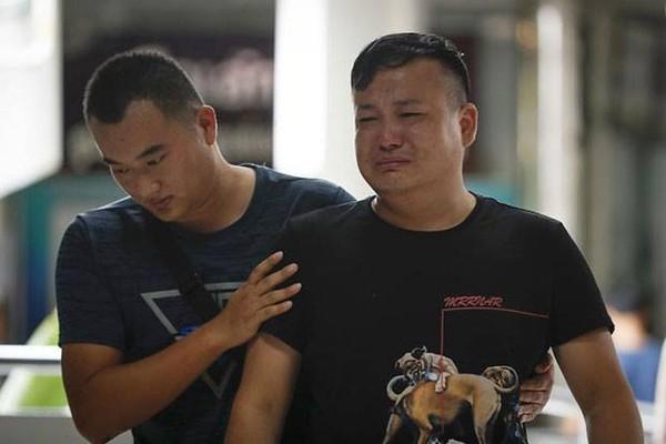Người thân của một nạn nhân Trung Quốc sau vụ chìm tàu tại bệnh viện Vachira Phuket ngày 8-7. Ảnh: AP