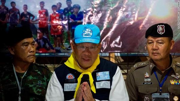 Chỉ huy cứu hộ Narongsak Osotthanakorn trong một cuộc họp báo về chiến dịch cứu hộ. Ảnh: CNN