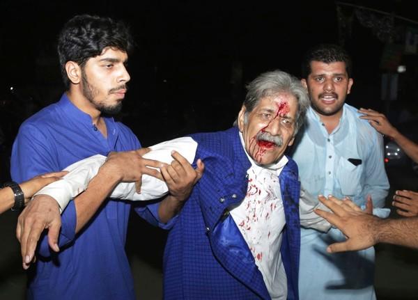 IS nhận trách nhiệm vụ đánh bom ở thị trấn Mastung, tỉnh Baluchistan (Pakistan) ngày 13-7 làm 128 người chết, 150 người bị thương. Ảnh: AP