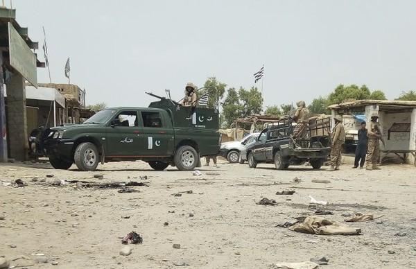 Cảnh sát tại hiện trường vụ đánh bom tự sát ở thị trấn Mastung, tỉnh Baluchistan (Pakistan) ngày 13-7 . Ảnh: AP