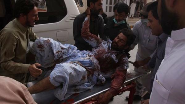 Nạn nhân vụ đánh bom tự sát ở thị trấn Mastung, tỉnh Baluchistan (Pakistan) ngày 13-7 làm 128 người chết, 150 người bị thương. Ảnh: AP