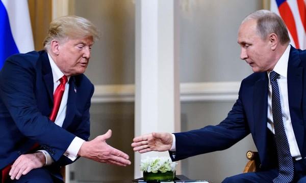 Cái bắt tay giữa hai ông Trump (trái) và Putin (phải) chỉ kéo dài 3 giây. Ảnh: GETTY IMAGES