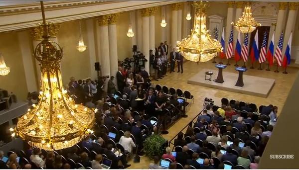 Quang cảnh chờ đợi hai ông Trump-Putin họp báo. Ảnh: GUARDIAN