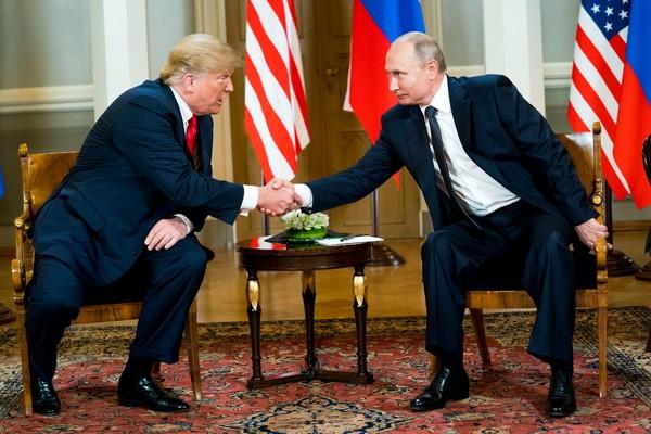 Hai ông Trump (trái) và Putin (phải) bắt tay nhau chỉ 3 giây. Ảnh: NYT
