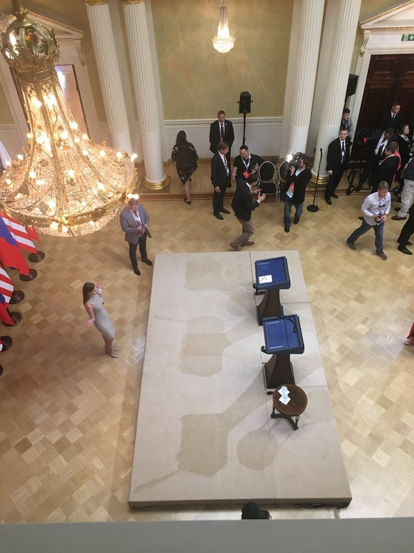 Quang cảnh chờ đợi hai ông Trump-Putin họp báo. Ảnh:TWITTER