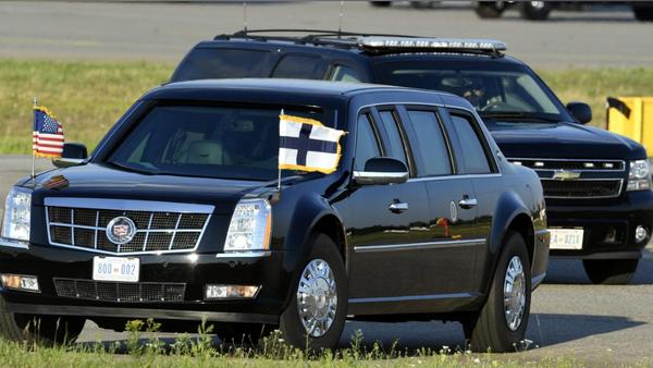 """Chiếc xe limousine Cadillac """"The Beast"""" chờ đón Tổng thống Mỹ Donald Trump trên đường băng sân bay quốc tế Helsinki ở Vantaa (Phần Lan) ngày 15-7. Ảnh: REUTERS"""