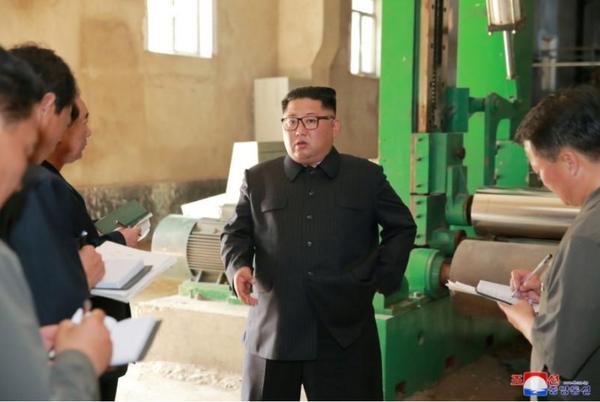 Lãnh đạo Triều Tiên Kim Jong-un thăm một nhà máy ở Sinuiju (Triều Tiên). Ảnh do KCNA công bố ngày 2-7.
