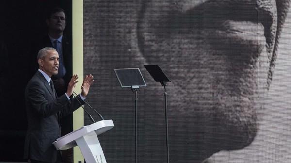 Cựu Tổng thống Mỹ Barack Obama phát biểu tại TP Johannesburg ngày 17-7, phản đối nhiều chính sách của ông Trump. Ảnh: AP